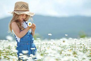 Foto: Kind mit Blume