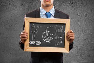 Foto: Geschäftsmann hält Tafel mit Diagrammen